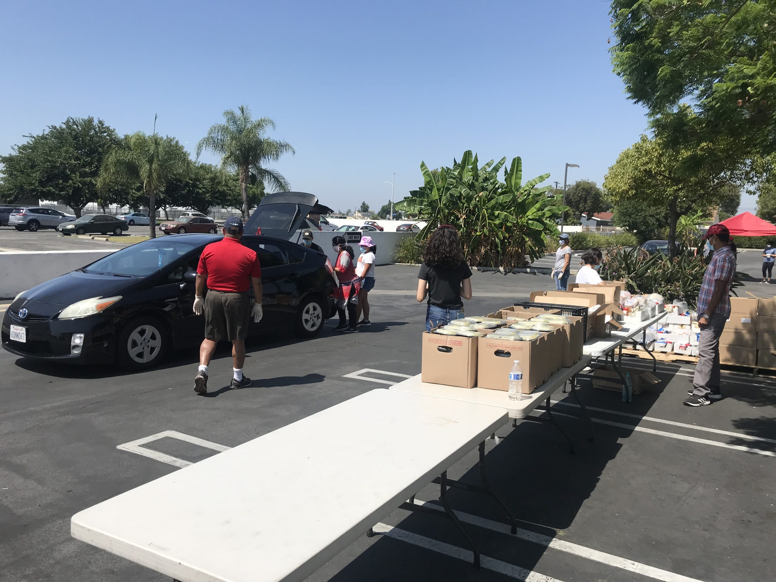 These bags have served families in over 35 different cities surrounding the LA and Orange Counties. Taking full precaution, our volunteers load the trunks, while a separate loading station served the walk-ins.